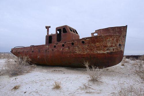 Ŝipo en dezerto (Arala Maro)