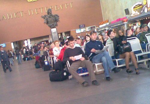 Московский вокзал, май 2008 года. Скамейки!