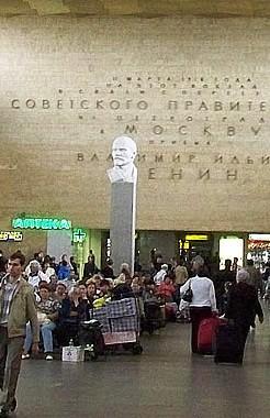 На Ленинградско-Николаевском вокзале Москвы всё ещё очень много Ленина. Фото из ru.wiki