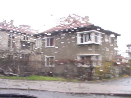 Кырджали в дождь, вид из окна автомобиля