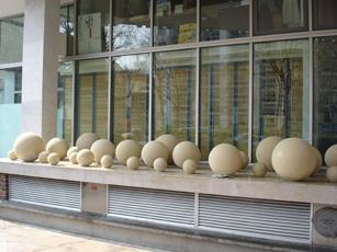 Эти декоративные шары на парижской улице служат конкретной цели — отпугивают людей