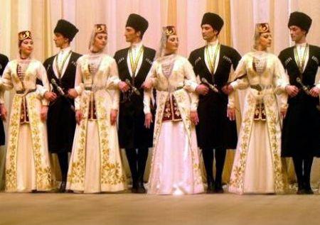 Группа осетин танцует осетинский танец