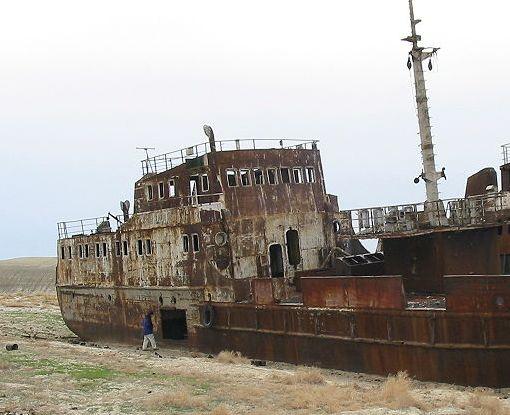 Заброшенный корабль на дне высохшего Аральского моря. Фотография в общественном достоянии из Википедии, снято в 2003 году.