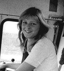 Немка за рулём комбайна улыбается фотографу. Фото Benno Bartocha, 1980; на условиях лицензии Creative Commons Attribution-Share Alike 3.0 Germany.