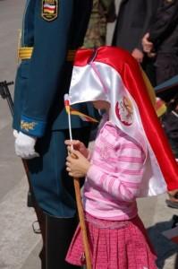 Knabino kun flago