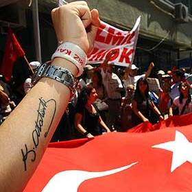 подпись Ататюрка на предплечьи молодого турка