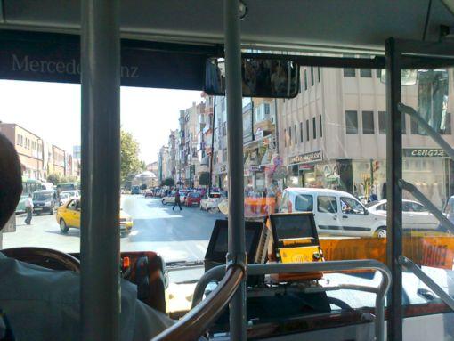 Вид из стамбульского автобуса. В центре устройства считывания дорожных карт; наличкой почти никто не платит