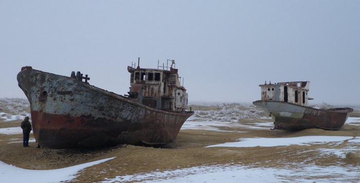 Корабли на дне бывшего Аральского моря под Муйнаком